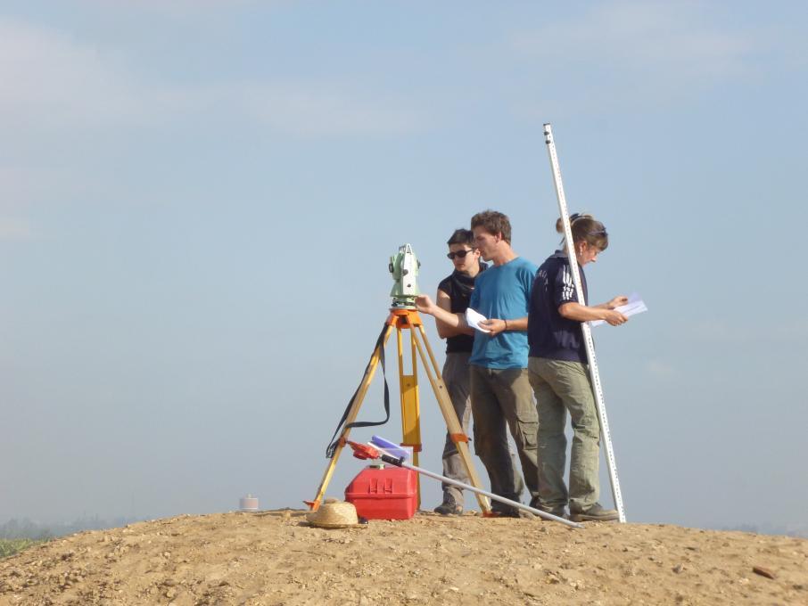 Utilisation d'un tachéomètre sur le site térénouthis
